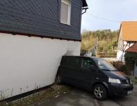 VW kracht in Hauswand - THW, Polizei und Feuerwehr rücken aus