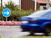 Verkehrszeichen am Kreisverkehr beschädigt - Zeugen gesucht