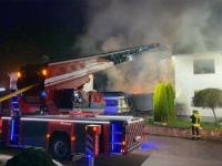 Garage und Carport brennen in Mühlhausen - Feuer greift auf Wohnhaus über