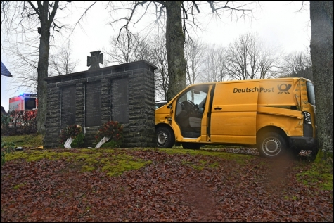 An einem Baum wurde das Postauto gestoppt.