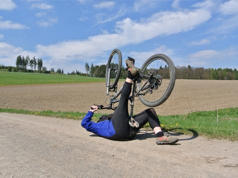 In letzter Sekunde konnte am 17. März ein Radfahrer einem entgegenkommenden Audi ausweichen - die Polizei in Bad Arolsen sucht Hinweisgeber