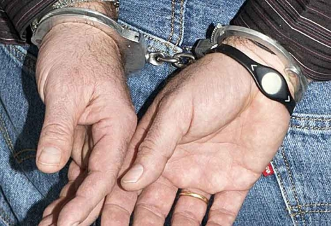 Die Polizei Bad Arolsen nahm einen Mann auf dem Gelände einer Schule fest - gegen ihn lag ein Haftbefehl vor.