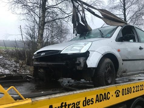 Am 28. Januar kam es auf der Kreisstraße 99 zu einem Alleinunfall - der Ford musste abgeschleppt werden