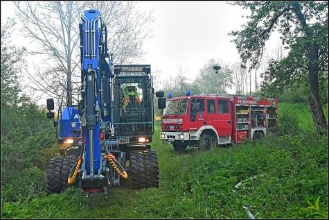 THW, Feuerwehr und Polizei waren an Sonntag bei Allendorf im Einsatz. Dort brannte ein Teil der leerstehenden Kämmersmühle - mittlerweile geht die Polizei von Brandstiftung aus.