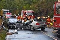 Aus dem silbernen BMW musste die Feuerwehr eine junge Frau befreien.
