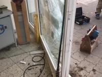 Am 28. Oktober haben unbekannte Täter mit einem gestohlenen VW den Eingangsbereich im Rewe-Markt demoliert.