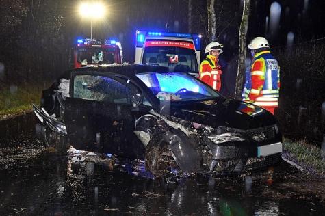 Die Feuerwehr und der Rettungsdienst befreiten die Autofahrerin schonend aus ihrem Unfallwagen.