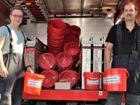 Ausgabe der roten Eimer: Lars Kühne und Mario Kulfanek beteiligten sich an der Feuerwehraktion in Allendorf.