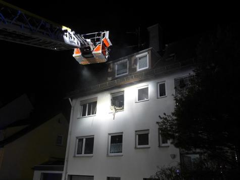 In Kassel wurde eine Frau von Einsatzkräften aus ihrer Wohnung gerettet.