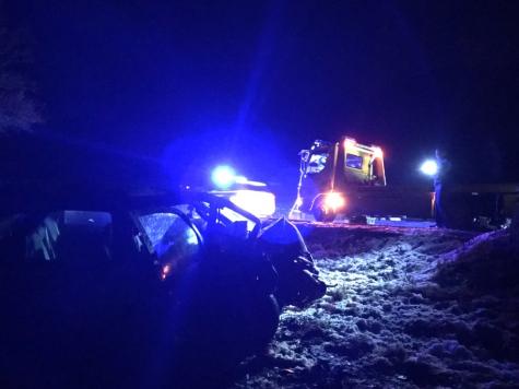 Die Feuerwehr barg das Fahrzeug nach dem Unfall.