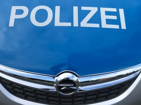 In der Nacht von Dienstag auf Mittwoch schlug ein Unbekannter die Seitenscheibe eines blauen Opel Meriva ein.