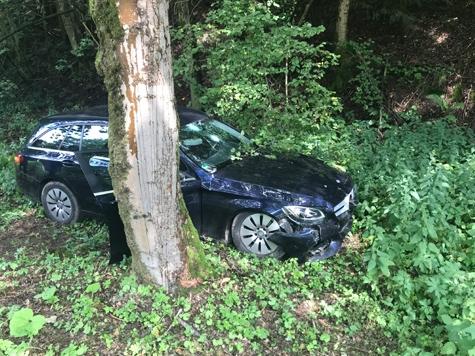 Dieser blaue Mercedes Benz kam am 3. August nach links von der Fahrbahn ab - die Ursache war zum Zeitpunkt der Unfallaufnahme unklar