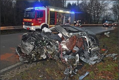 Der Audi Q5 wurde beim Aufprall mit dem Bus bis zur Unkenntlichkeit zerstört.