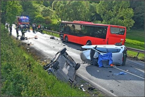 Die Bundesstraße glich nach dem schweren Unfall einem Trümmerfeld. Insgesamt wurden vier Menschen verletzt, eine Frau kam ums Leben.