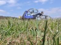 Ein Radfahrer musste am 30. Juli 2020 einem entgegenkommenden Pkw ausweichen, er stürzte und kam im Straßengraben zum Liegen.