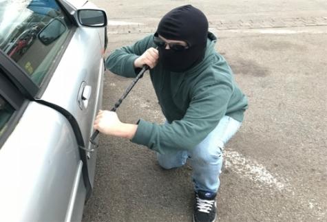Zwischen dem 7. und 8. September wurde ein Mercedes Benz von einem Firmengelände gestohlen - die Polizei sucht Hinweisgeber.