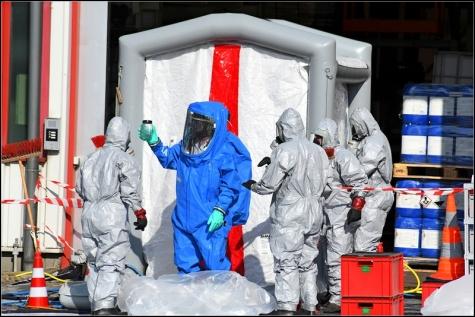 Nur mit speziellen Chemieschutzanzügen war der Einsatz problemlos möglich.