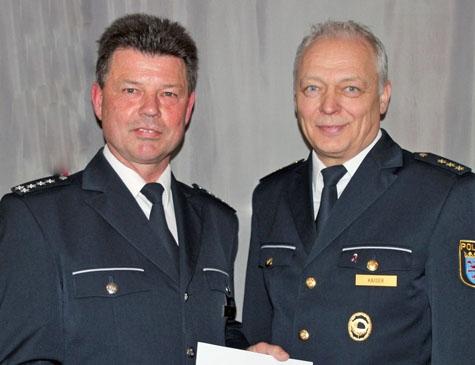 Kriminaldirektor Achim Kaiser (rechts im Bild) übernahm es, Hartmut Ide für seine langjährigen Dienste bei der Polizei in Hessen zu danken.
