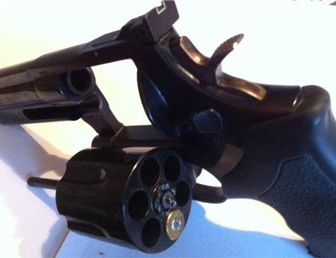 Drei Schusswaffen wurden am 15. März aus einem Pkw gestohlen - die Polizei sucht Zeugen.