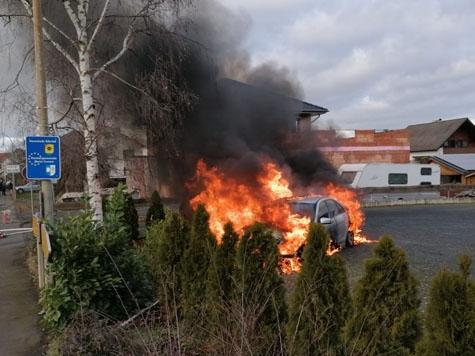 Ein Mercedes Benz ist am 20. Januar 2020 in Anraff abgebrannt - die Ursache ist noch unklar.