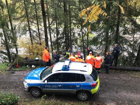 Am 18. Oktober rückte die Frankenberger Polizei, die Wehren aus Haina und Frankenberg, sowie Forstleute zum oberen Teich zwischen Haina und Battenhausen aus.