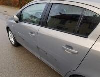 Dieser Opel wurde in der Marker Breite angefahren und beschädigt - die Polizei sucht Zeugen der Unfallflucht.
