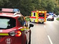 Einsatzkräfte bargen die im Auto eingeklemmte Frau und brachten sie in ein Krankenhaus.