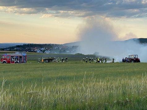 Ein Böschungsbrand und ein mit Rundballen beladener Anhänger rief am 13. Juli die Wehren aus Frankenau auf den Plan.