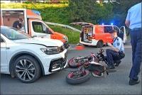 Der 15 jährige Fahrer des Leichtkraftrades wurde beim Aufprall schwer verletzt. Sein Begleiter erlitt leichtere Verletzungen, der Pkw-Fahrer blieb unverletzt.