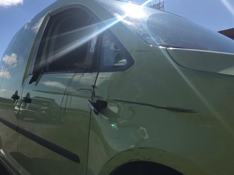 Dieser mintgrüne Caddy einer Tierarztfirma aus Marsberg wurde am 29. Mai beim Zusammenstoß mit einem Radfahrer beschädigt.