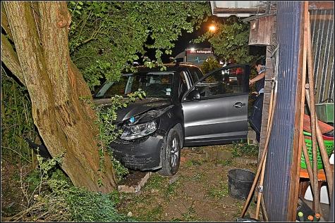 Nach der Fahrt durch den Garten prallte der Tiguan gegen einen Baum.