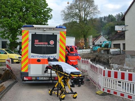 Der Rettungsdienst brachte den schwerverletzten Fußgänger in ein Krankenhaus.