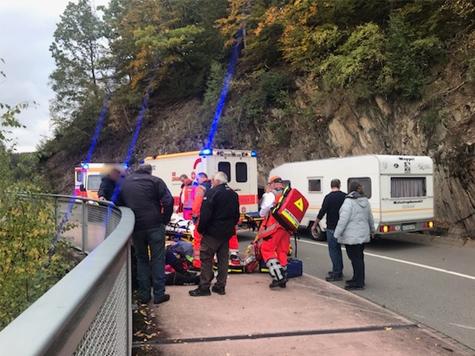 Drei verletzte Personen auf der Diemelrandstraße nach einem Motorradunfall am 5. Oktober 2019.