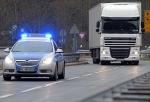Am 23. September 2020 schlitzten bislang unbekannte Täter die Plane eines Lastwagens auf und erbeuteten mehrere Autoreifen.