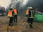 Um bei Waldbränden wie hier am 1. August 2018 bei Marienhagen vorbereitet zu sein, haben Landwirte aus Vöhl mit Löschwasser gefüllte Güllefässer in Bereitschaft stehen.