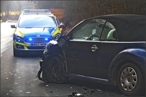 Der Fahrer des Beetle versuchte noch auszuweichen, hatte aber keine Chance.