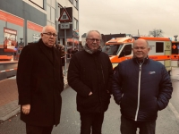 Betroffen: Bürgermeister der Stadt Volkmarsen Hartmut Linnekugel (links), Landrat Dr. Kubat und Fritz Schäfer (rechts) am Tatort im Steinweg.