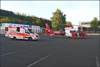 Der Rettungshubschrauber der Johanniter Luftrettung landete im Industriegebiet, weil der eigentliche Landeplatz durch Baumaßnahmen der Anwohner nicht mehr angeflogen werden kann.