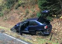 Dieser blaue BMW kam am 1. Oktober 2020 von der Fahrbahn ab - die Ursache konnte noch nicht geklärt werden.
