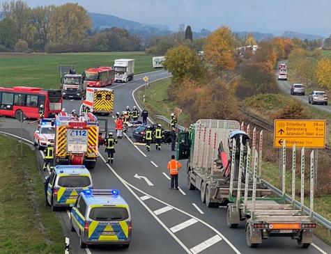 Am 27. Oktober hat sich ein Unfall auf der Bundesstraße 253 ereignet - Retter, Polizei und Feuerwehrkräfte sind im Einsatz.