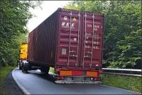 Der Container wurde durch die Stämme vom Auflieger gedrückt und hing halb auf der Straße.