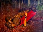 Ein roter Ford Fiesta wurde bei dem Unfall auf der Kreisstraße 40 völlig zerstört.