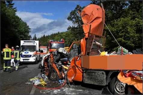 Der Fahrer des Pritschenwagens wurde eingeklemmt, schwer verletzt und mit dem Hubschrauber in eine Kasseler Klinik geflogen.