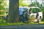 Der Passat prallte auf den Baum, die Fahrerin wurde eingeklemmt.