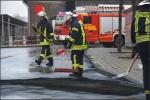 Die KAmeraden der Feuerwehr Erndtebrück streuten die Spur ab und sammelten das Bindemittel anschließend auf.