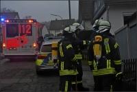 Unter Atemschutz holte die Feuerwehr die Bewohner aus dem Haus und führte Messungen durch.