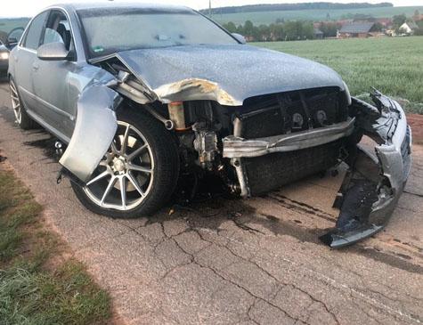 Dieser Audi A8 kollidierte mit einem Baum in der Ortslage von Massenhausen - die Polizei in Bad Arolsen sucht Zeugen.