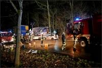 Der Pkw einer 34-jährigen Frau raste unter einen Kleintransporter, der auf einen Lkw gedrückt wurde.