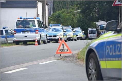 Seit dem Vormittag war am Dienstag ein Großaufgebot von Polizeikräften in Wunderthausen im Einsatz.