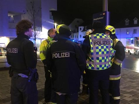 Beamte der Polizeistation Korbach, ein Mitarbeiter vom Energieversorger Waldeck und Einsatzleiter der Feuerwehr bei einer Lagebesprechung am 29. November auf dem Vorplatz am Bahnhof in Korbach.